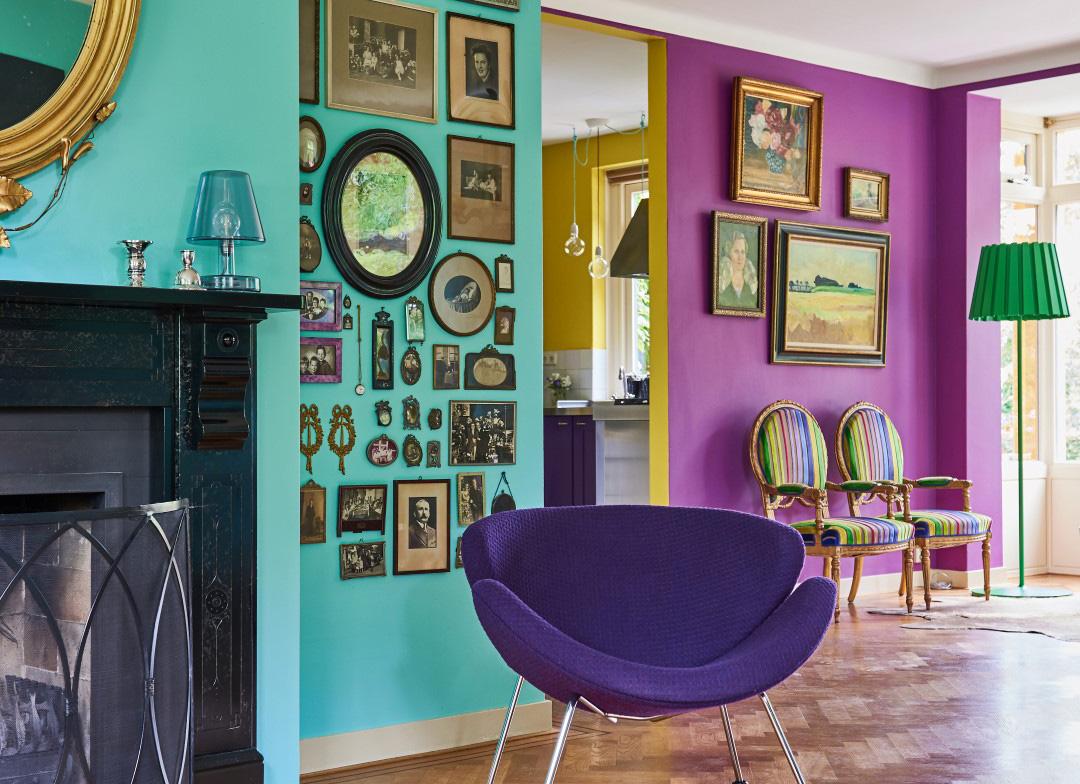 De weelde aan kleuren is een aangename verrassing bij binnenkomst in het majestueuze huis van Irene en Geoffrey.